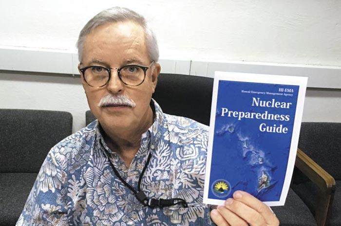 21일(현지 시각) 미국 하와이 긴급구조센터의 한 관리가 북한의 핵미사일 공격 시 주민 대피 행동 지침을 담은'핵 대비 가이드'를 들어 보이고 있다.