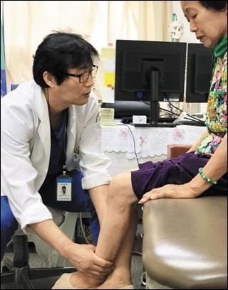 전남 고흥군 녹동현대병원의 백인규 원장이 이복순씨를 진료하고 있다.