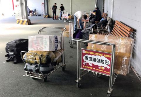 지난 5월 19일 오전 인천항 제1국제여객터미널에서 중국 상인들이 물품을 정리하고 있다. /연합뉴스 제공
