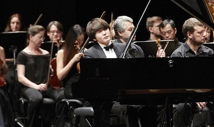 22일 독일 바덴바덴 페스티벌에서 진행된 피아니스트 조성진의 데뷔 무대는 성공적이었다. 쇼팽 협주곡 1·2번을 연달아 선보인 연주는 바위처럼 단단했다.