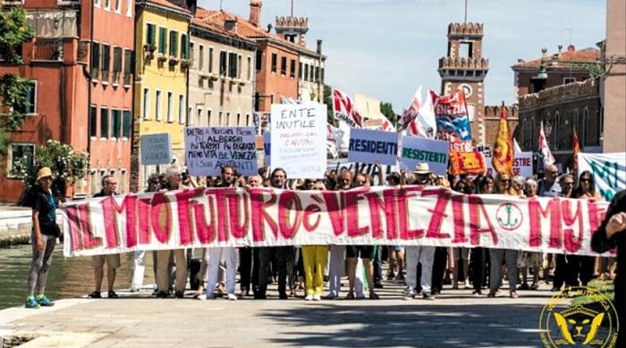 지난 2일 이탈리아 베네치아 주민 2000여명이 산마르코 광장 근처에서 과도한 관광객 유입에 항의하는 시위를 하고 있다.