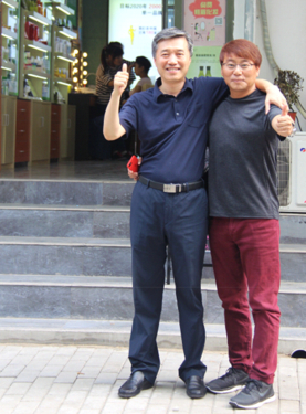 중국에서 창업한 화장품 유통업체 카라카라 이춘우 대표(왼쪽)와 패션유통업체 가로수의 이승진 대표가 베이징의 카라카라 매장 앞에서 중국 시장을 함께 공략하자고 다짐하고 있다. /베이징=오광진 특파원