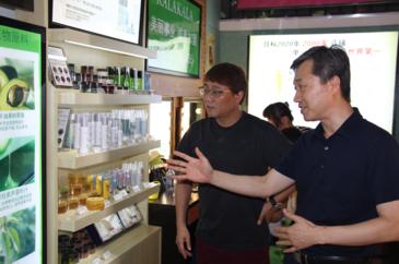 이춘우 카라카라 대표(오른쪽)가 베이징 매장에서 이승진 가로수 대표에게 진열된 화장품을 소개하고 있다. /베이징=오광진 특파원