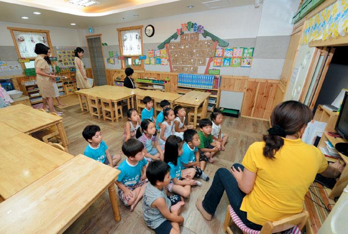 부산 기장군 육아종합지원센터에서 어린이들이 보육 교사와 함께