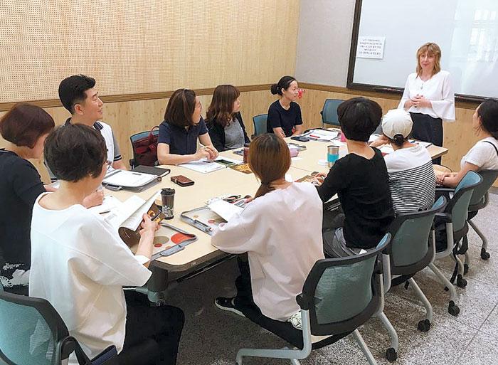 부산 기장군 주민들이 원어민이 가르치는 외국어 수업을 듣고 있다.