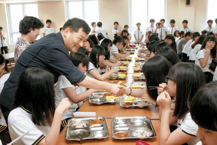 부산 기장군 한 학교에서 무상급식이 실시되고 있다. 기장군은 초·중·고등학교에서