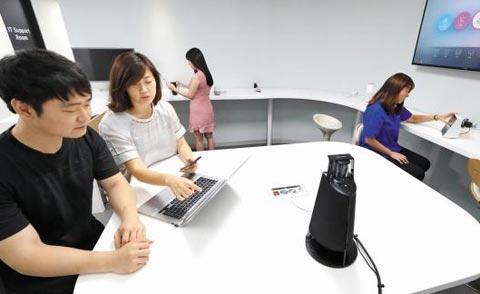 25일 서울 서초구 우면동에 있는 KT 'AI 테크센터'에서 KT 연구원들과 제휴사 직원들이 음성인식 인공지능(AI) 기기인 기가지니를 테이블 위에 놓고 서비스를 테스트하고 있다.