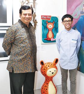 우마르 하디(왼쪽) 인도네시아 대사가 자국 작가 에르윈 윈두를 응원하러 왔다.