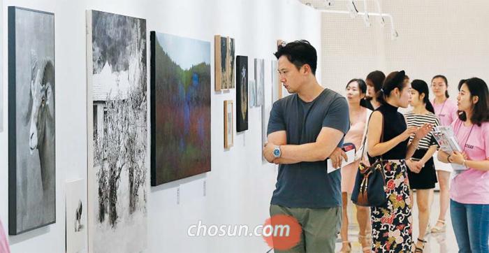 25일 서울 동대문디자인플라자(DDP)서 개막한 '2017 아시아프' 전시장은 첫날부터 청년 작가들의 개성 넘치는 작품을 구입하려는 관람객들로 북적였다. 올해는 중년 남성 관람객들의 발길이 부쩍 늘었다.