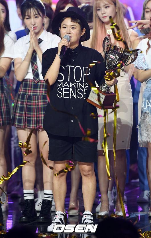 [사진]김신영, '트로피는 엑소에게 제가 배달합니다~'