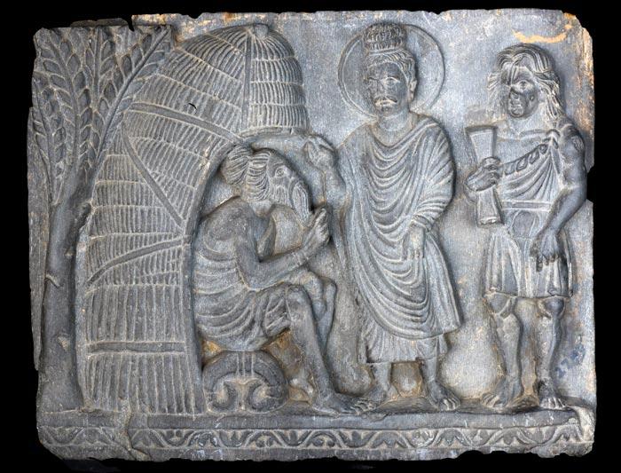 생로병사의 의문을 풀기 위해 브라만을 찾아간 붓다(가운데) 오른편에 헤라클레스를 연상시키는 '근육맨'이 서 있다. AD 1~2세기에 제작된 작품으로 파키스탄 페샤와르 박물관 소장품.