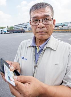 지난 25일 인천 송현동에서 만난 박대범씨가 한 달 전 숨진 첫째 아들의 주민등록증을 지갑에서 꺼내 보여주고 있다. 그가 보관하고 있는 유일한 아들 사진이다.