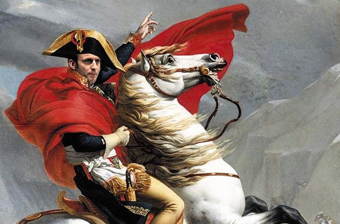 제왕적 행태 꼬집은 나폴레옹 합성 사진 - 에마뉘엘 마크롱 프랑스 대통령의 지지율이 급락하고 있다. 권위적 국정 운영이 그의 지지율을 끌어내렸다는 분석이다. 프랑스 인터넷에는 절대권력자 나폴레옹 초상화에 마크롱 얼굴을 합성한 사진 등이 떠돌고 있다.