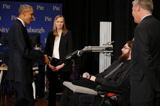 지난 10월 피츠버그대에서 열린 백악관 프런티어스 콘퍼런스에서 버락 오바마 미국 대통령(왼쪽)이 척수 손상 환자의 뇌와 연결된 로봇 팔과 악수하고 있다. /백악관 프런티어스 콘퍼런스 홈페이지 캡처