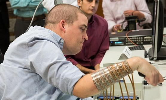 한 전신마비 환자가 머리에 '뉴로브리지 칩(Neurobridge chips)이라는 '전자칩을 심어, 본인의 생각만으로 손을 들어 올리고 주먹을 폈다, 쥐는 실험을 하고 있다. /미국오하이오 주립대 홈페이지 캡처