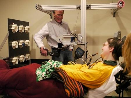 슈워츠 교수가 뇌에 전자칩을 이식한 환자와 대화를 나누고 있는 모습 /슈워츠 교수 홈페이지 캡처