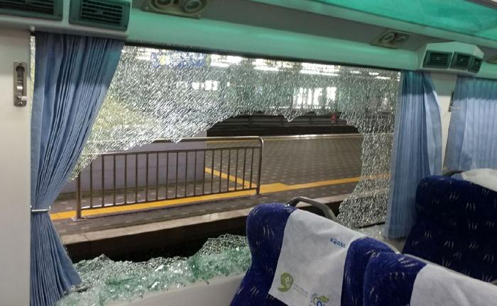 30일 오후 서울 용산역에서 출발해 여수로 가던 무궁화호 열차의 한 객실 유리창이 날아든 약 10㎏ 무게 쇳덩어리에 맞아 산산조각 났다. 이 사고로 승객 7명이 유리 파편 때문에 눈과 다리 등을 다쳤다.