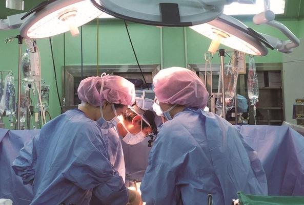 백병원 의료진이 수술하고 있는 모습.