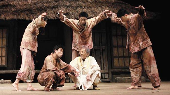 극단 백수광부의 연극'봄날'에서 주연을 맡은 배우 오현경(가운데).