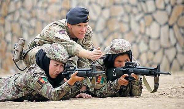아프가니스탄 육군사관학교의 여성 생도들이 수도 카불 외곽의 훈련장에서 영국 여성 교관의 지도 아래 사격 훈련을 하고 있다.