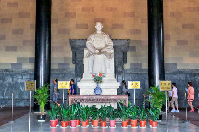 쑨원은 중국의 황제 체제를 종지부 찍고 공화국 건립을 위해 일생을 바쳤다.
