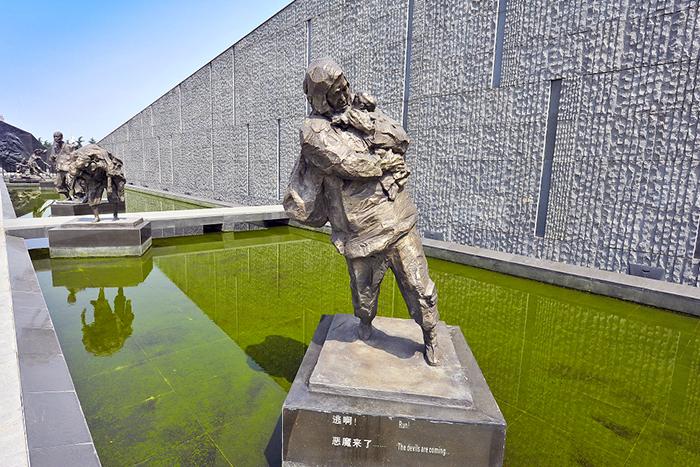 외부 전시실에는 조각상, 부조 작품, 희생자 이름을 새긴 거대 석벽, 기념회랑 등이 있다.