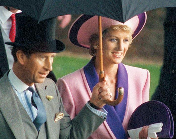 지난 1990년 6월 생전의 다이애나 영국 왕세자빈(오른쪽)과 찰스 왕세자(왼쪽)가 런던 인근에서 왕실 주최로 열린 경마 대회에 우산을 나란히 쓰고 참석하고 있다.