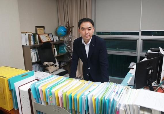 지난달 28일 찾은 채이배 국회의원(국민의당, 정무위)의 책상은 신문과 각종 서류로 어지러웠다. / 이태경 기자