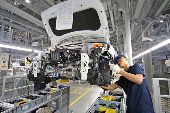 중국 창저우의 현대차 공장에서 한 근로자가 자동차를 조립하고 있다./현대차 제공