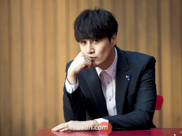 강렬한 눈빛이 특징인 16년 차 뮤지컬 배우 김수용(41). 어린 시절 드라마 '간난이'의 전쟁고아 영구로 시청자의 뇌리에 깊이 박혔던 주인공이기도 하다.