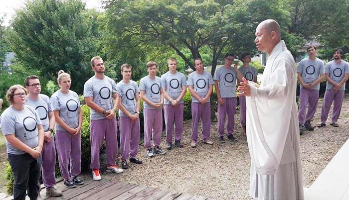 지난주 강화도 연등국제선원 템플스테이에 참가한 네덜란드 대학생들에게 인도 출신 혜달 스님(오른쪽)이 한국 불교에 대해 설명하고 있다. 연등국제선원은 연간 1000여명이 템플스테이에 참가하는데 절반가량이 외국인이다.