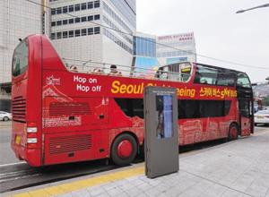 지난달 27일 동대문 정류소 앞에 서 있는 서울시티투어버스. 승객은 1, 2층을 통틀어 한 손에 꼽을 정도로 적었다.