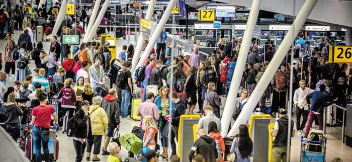 7월 31일(현지 시각) 네덜란드 스히폴공항 출국장에 탑승객들이 길게 줄 서 있다. 최근 테러가 빈발하면서 유럽 공항들이 출입국 절차 등을 대폭 강화했다.