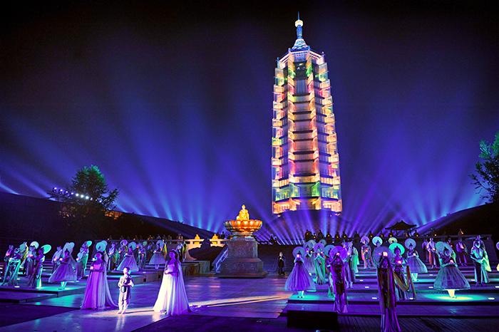 대보은사 공연은 유리보탑을 배경으로 꾸며진다.