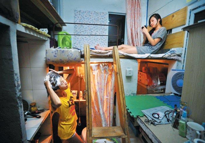 '개미족'으로 불리는 중국 청년들이 화장실 칸막이도 없는 원룸에서 함께 살고 있는 모습.