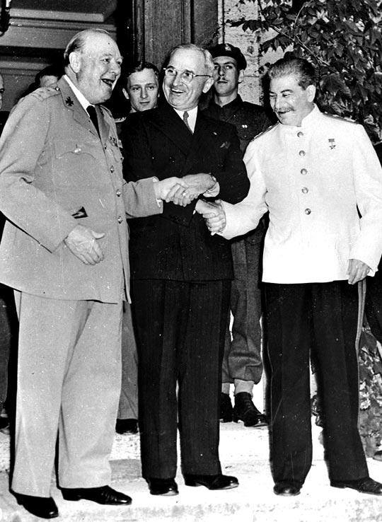 1945년 7월 포츠담 회담에 모인 미·영·소 정상. 왼쪽부터 처칠(영), 트루먼(미), 스탈린(소).