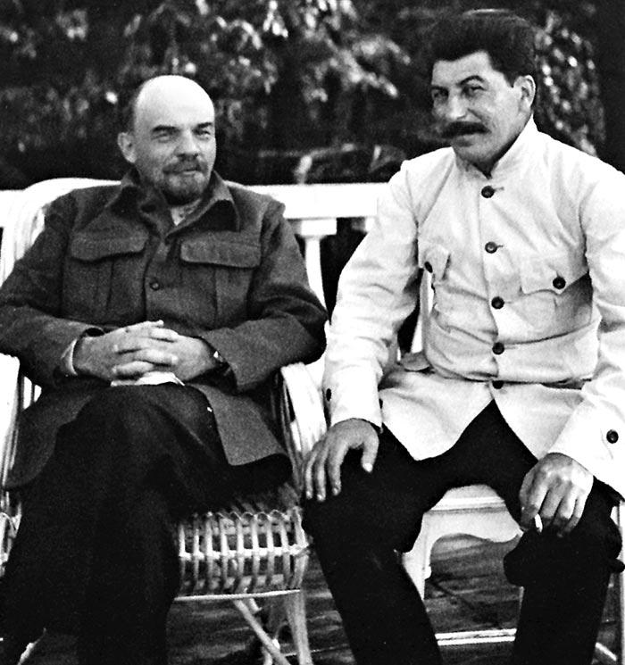 1922년 모스크바 교외 고르키에서'혁명 동지'레닌(왼쪽)과 함께한 스탈린.