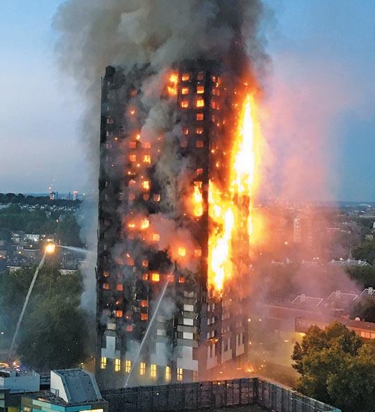 지난 6월 14일 발생한 영국 런던 24층 아파트'그렌펠 타워'화재 장면.