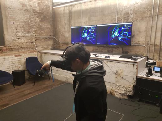 기자가 직접 유니티 본사 VR 룸에서 VR 콘텐츠를 시연해보고 있다. 시연하는 프로그램은 틸트 브러시로 3D 그래픽 아트 프로그램이다. 360도 전체 공간을 활용해 3D로 그림을 그리고 창작자들은 이 결과물을 전시하거나 다른 프로그램에 사용할 수 있다. /샌프란시스코=김범수 기자