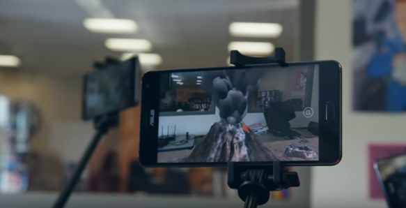 탱고 플랫폼이 탑재된 스마트폰으로 교실에서 화산이 폭발하는 모습을 공유할 수 있다. /구글 제공