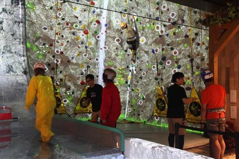 VR 존 신주쿠에서 VR 기기를 착용하고 가상현실 암벽등반을 하는 사람들 / 도쿄=이다비 기자