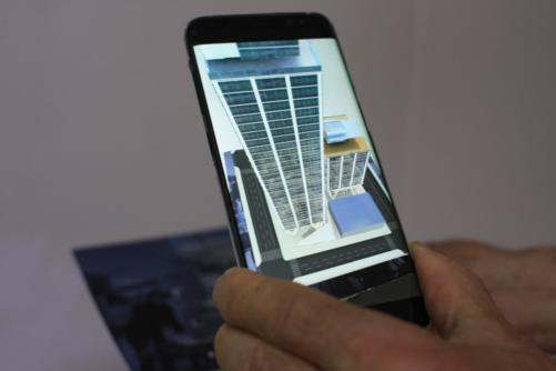 스튜디오 216은 AR을 활용한 마케팅도 선보인다. 이들의 앱을 실행시키면 판촉물로 나눠준 빈 종이 위에 3D 건물이 AR로 나타나 방향을 돌려가며 전체적인 조경을 살펴볼 수 있다. /시애틀=김범수 기자