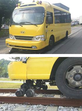 대전의 시험 선로 위에 올려져 있는 레일버스 시험 차량(위 사진). 레일버스는 버스 밑에 일종의 보조 바퀴 역할을 하는 가이드 휠(아래 사진)을 부착해 도로와 철도 레일 위에서 모두 운행이 가능하게 만든 차량이다.