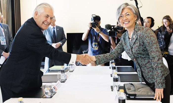 필리핀 ARF서 만난 韓·美 - 강경화(오른쪽) 외교부 장관과 렉스 틸러슨 미 국무부 장관이 6일 오후(현지 시각) 아세안지역안보포럼(ARF)이 열린 필리핀 마닐라 한 호텔에서 한·미 양자 회담에 앞서 악수를 나누고 있다.