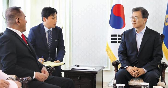 문재인 대통령이 휴가 중인 지난 2일 경남 진해 해군기지 공관에서 랴미자르드 랴쿠두 인도네시아 국방부 장관과 대화를 나누고 있다.