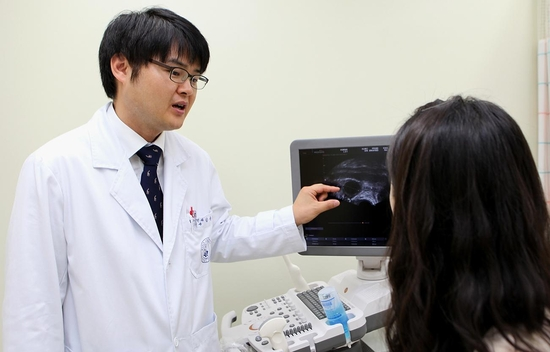 김용진 교수가 산부인과 진료를 하고 있다.  / 고대구로병원 제공