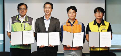 7일 오전 서울 성수동 이마트 본사에서 열린 '노사 상생 선포식'에서 이갑수(왼쪽에서 둘째) 이마트 사장과 이마트의 3개 노조 위원장이 상생 선언문에 서명을 한 뒤 기념 촬영을 하고 있다.