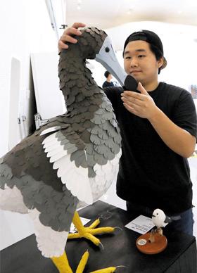 멸종된 도도새를 종이로 조각한 이재혁씨. 10만원 소품으로 내놓은 흰머리 오목눈이새도 보인다.