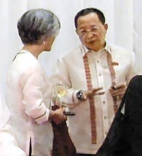 필리핀서 만난 남북 - 강경화(왼쪽) 외교부 장관이 지난 6일 저녁 필리핀 마닐라에서 열린 아세안지역포럼(ARF) 환영 만찬에서 리용호(오른쪽) 북한 외무상과 얘기하고 있다.