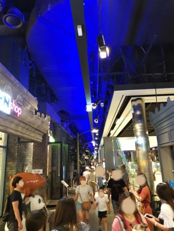 신세계백화점 대구점 8층 루앙스트리트(식당가) 풍경. 루앙스트리트는 1930년대 중국 상하이 옛 골목을 재현하고 전 세계 20여 개 맛집을 유치해 인기를 끌고 있다. /안재만 기자